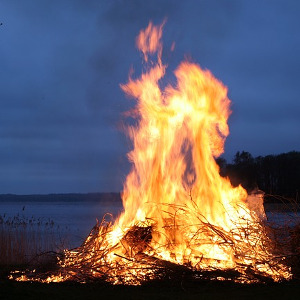 Duże ognisko nad brzegiem jeziora