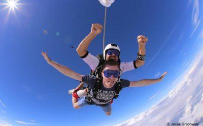 Skoki spadochronowe z tandemem. Co warto o nich wiedzieć?